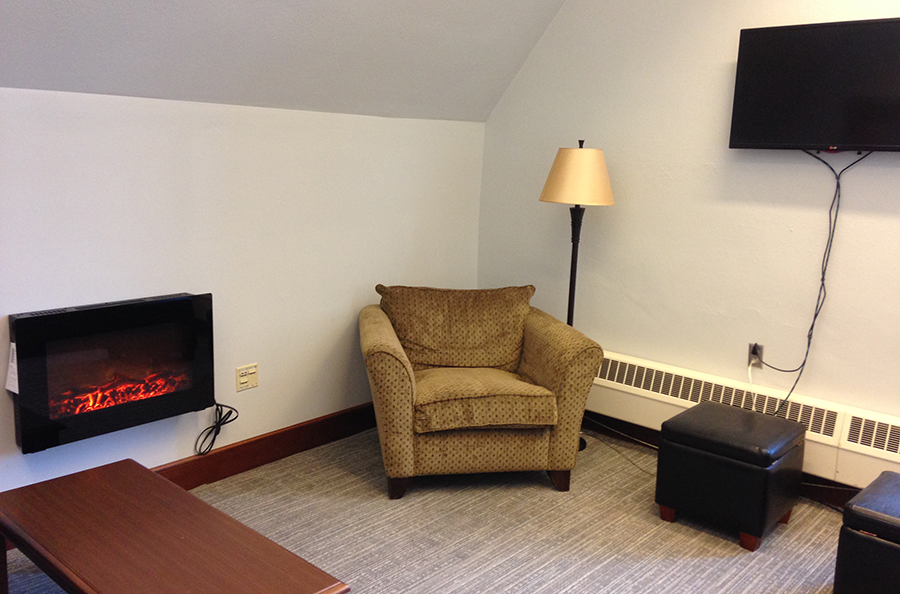 Comfortable space for 10-12 people with couches, tv and cozy fake fireplace